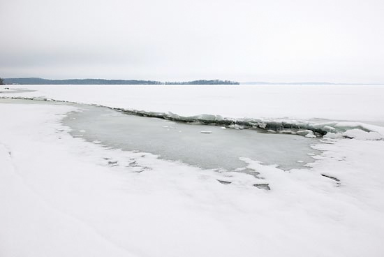 How do ice ridges form on a lake?